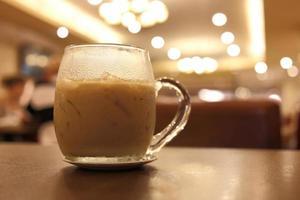 Eiskaffeegetränk im Café foto