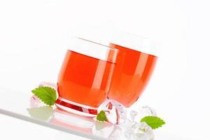 Gläser mit Getränken mit Fruchtgeschmack foto