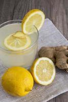 Entgiftungsgetränk mit Zitrone und Ingwer foto