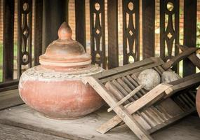 thailändischer keramischer Trinkwasserbehälter foto