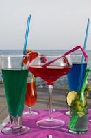 erfrischende Getränke am Strand foto