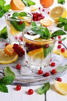 mit Zitrusfrüchten und Beeren trinken foto