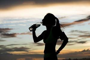 Läufer trinkt nach dem Training Wasser foto