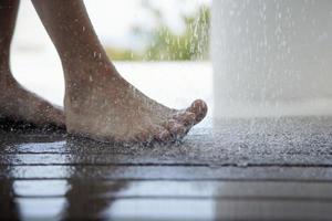 Fuß unter tropfendem Wasser