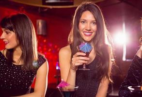 hübsche Brünette trinkt einen Cocktail