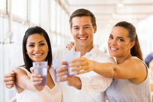 Gruppe von Freunden, die Getränke trinken foto