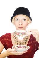 schönes Frauenporträt, das Tee trinkt foto