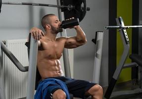 Bodybuilder Trinkwasser aus Shaker
