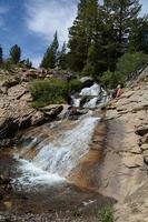 Frau beobachtet Wasserfall foto