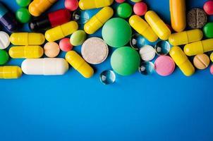 bunte Pillen und Tabletten foto