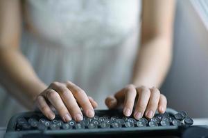 Schreibmaschine Mädchen Hände foto