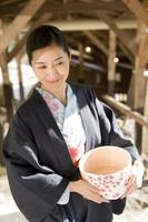 Frau in Yukata kommt zur heißen Quelle foto