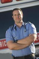 Porträt des Sanitäters mit dem Krankenwagen