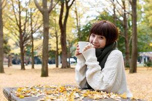 Frau, die Kaffee trinkt foto