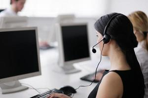 Menschen, die Headsets tragen, arbeiten an einem Kundendienst-Helpdesk