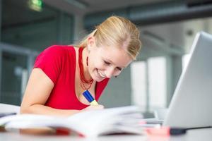 hübsche Studentin in einer Highschool-Bibliothek foto