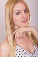 Studioporträt einer schönen jungen blonden Frau foto