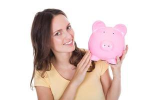 Frau hält Sparschwein