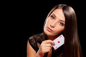 junge Frau spielt im Glücksspiel foto