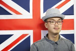 Mann posiert vor der Flagge foto