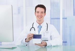 Arzt hält Medizinbox im Krankenhaus foto