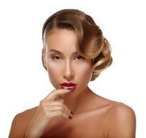 Schönheitsporträt Glamour schöne junge Frau, die Lippen berührt.
