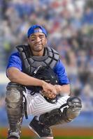Porträt des lächelnden Baseballfängers foto
