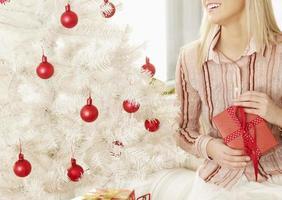 Nahaufnahme der Frau mit Weihnachtsgeschenk foto
