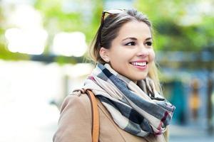 schöne junge Frau im Freien foto