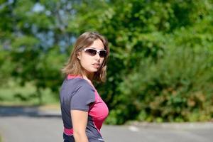 hübsche junge Frau, die Rollschuh auf einer Strecke tut