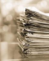 Stapel Zeitungen mit Platz foto