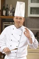 Koch kocht in einer Küche. foto