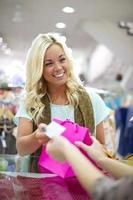 junge Frau, die Gegenstände kauft foto