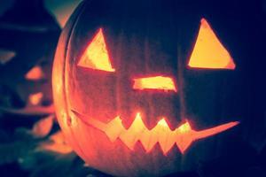 Halloween Kürbis Laternen dunkles Licht wütend Gesicht fallen foto
