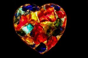 Herz - Nahaufnahme des hinterleuchteten Buntglases