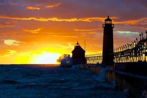 Leuchtturm von Sonnenuntergang hinterleuchtet foto
