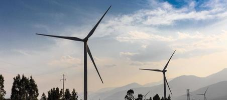 Windenergieerzeugung im Tal foto