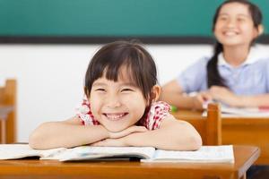 glückliche kleine Mädchen im Klassenzimmer foto