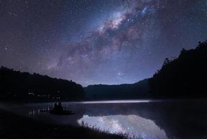 die Milchstraße über dem See und ein kleines Stückchen foto
