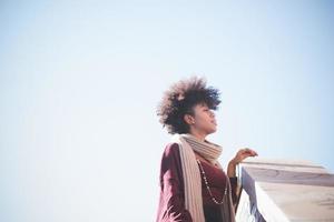 schöne schwarze afrikanische Frau des lockigen Haares foto