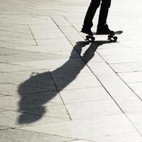 Skateboarder mit Schatten foto