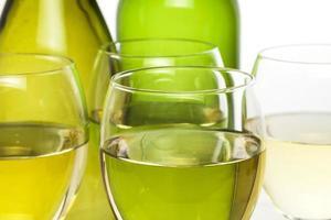 Weingläser und Flaschen foto