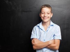 Junge in der Nähe von Tafel foto