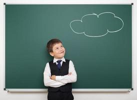 träumender Junge und gemalte Wolke an Bord foto