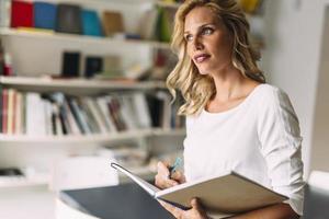 schöne Frau liest foto