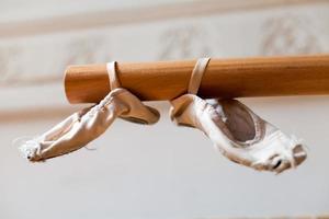 Ballettschuhe auf Balken foto
