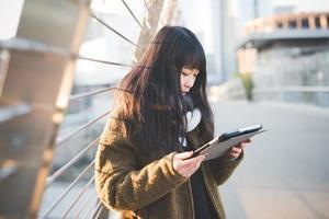 junge schöne asiatische Hipsterfrau foto