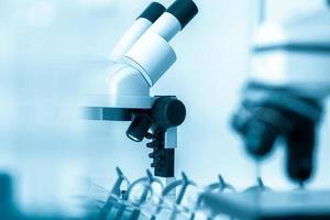 Labormikroskoplinse. Moderne Mikroskope in einem Labor foto