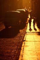 Silhouetten gehen eine Straße entlang foto