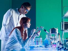 Wissenschaftler, die eine molekulare Struktur untersuchen foto